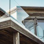 Etsningar och utfällningar hittas oftast på balkong- och altanfönster